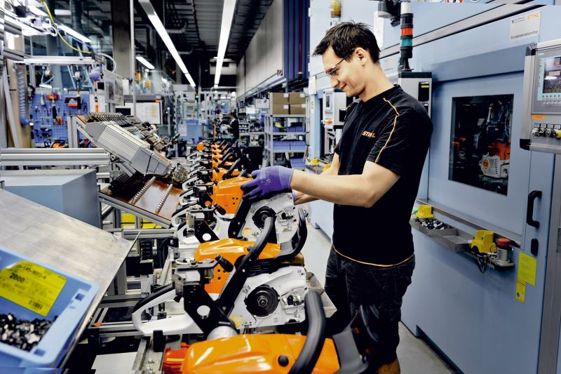 Jedes Montageband ist bei Stihl mit einen OPC-Router an eine Datenbank angebunden und tauscht in Echtzeit Prozessdaten aus. Bild: Stihl